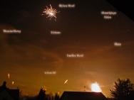 Feuerwerk an Neujahr 2009 vor dem nächtlichen Sternenhimmel