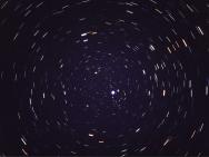 In der Nähe des Stern Polaris liegt der Himmelsnordpol.