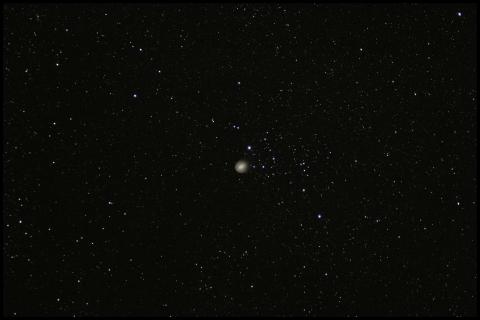 Der Komet Holmes zieht mitten durch das Sternbild Perseus